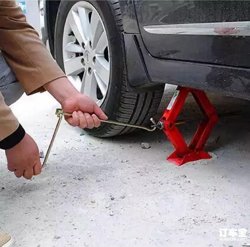 汽车千斤顶正确使用方式!